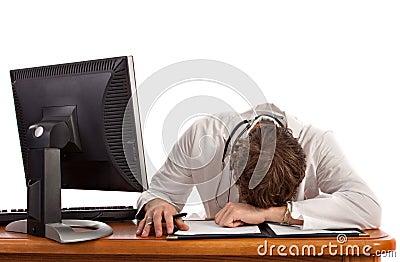 Sueño del estudiante de medicina delante del ordenador