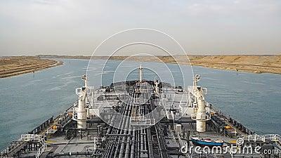 Suez, Egypte - olietanker die door het Kanaal van Suez overgaan stock footage