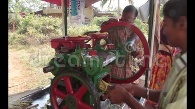 Sugar cane. Unidentified boy extracting sugar cane juice in Goa, India stock video