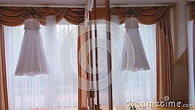 Suknia ślubna jest odzwierciedlona w lustrze zbiory wideo