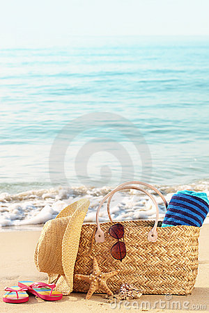 Free Summer Beach Bag On Sandy Beach Royalty Free Stock Photos - 19605318