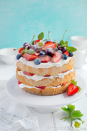 Free Summer Sponge Cake With Cream And Fresh Berries Royalty Free Stock Images - 74176229