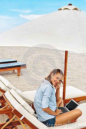 Free Summer Work. Woman Relaxing Using Computer On Beach. Freelance Business Royalty Free Stock Images - 70565509
