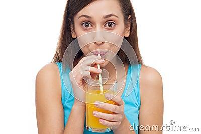 Sumo de laranja bebendo da mulher