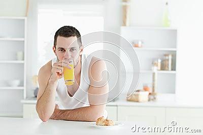 Sumo de laranja bebendo do homem