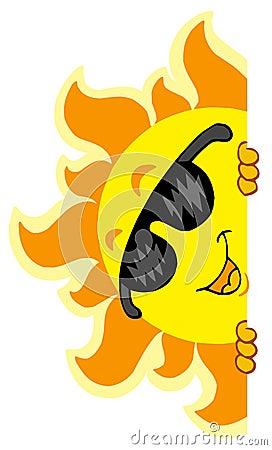 Sun appostantesi con gli occhiali da sole