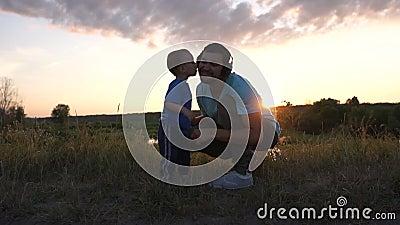 Sun beijou seu pai que escuta música no pôr do sol em câmera lenta vídeos de arquivo