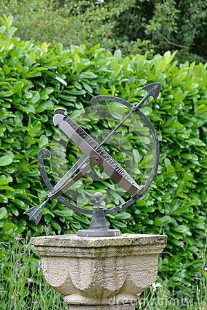 Sun dial with hedge