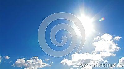 Sun e céu azul com nuvens video estoque
