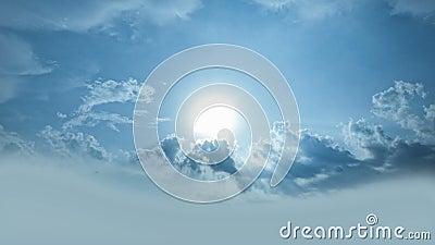 The Sun que brilla de detrás las nubes/que brillan intensamente irradia metrajes