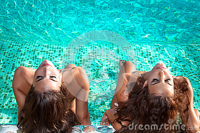 Sunbathing in the swimmingpool