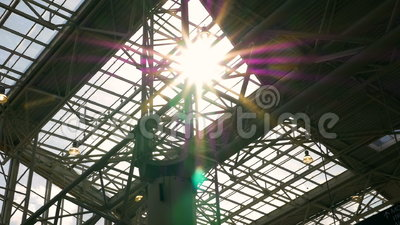 Sunbeam, światło przez szklanego dachu Metal budowy zdjęcie wideo