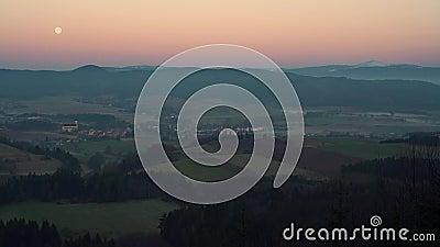 Sunrise in Chelmsko Slaskie Volledige maan is zichtbaar aan de horizon Neder-Silezië, gebergte Karkonosze stock footage