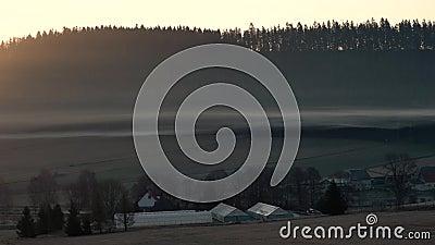Sunrise in de vallei De zon die ernaast kwam uit de berg stock video