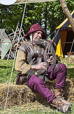 Suonatore di cornamusa medievale Fotografia Editoriale