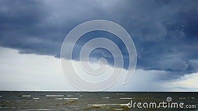 Supercellule au-dessus de la mer Baltique banque de vidéos