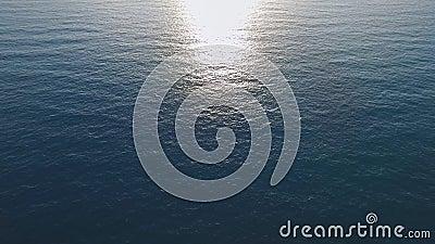 Superficie en el mar Mediterráneo, puesta del sol, el mejor vídeo del mar tranquilo para su publicidad metrajes
