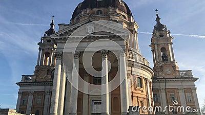 12/05/19 - Superga, Torino, Italia - La maravillosa Basílica de Superga cerca de Turín en el norte de Italia almacen de metraje de vídeo