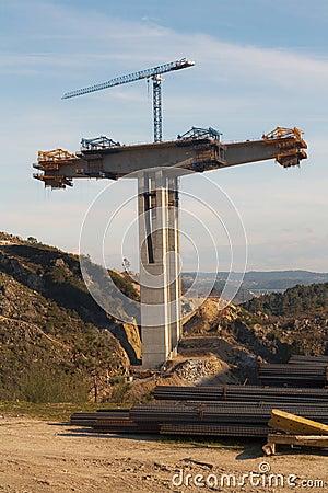 Support the concrete bridge