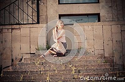 Sur les escaliers en pierre