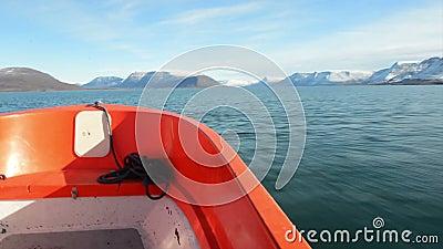 Sur un canot au Groenland banque de vidéos