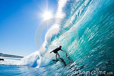 Surfer auf erstaunlicher Welle