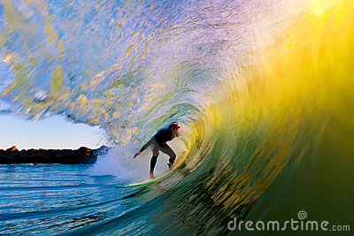 Surfer op Golf bij Zonsondergang