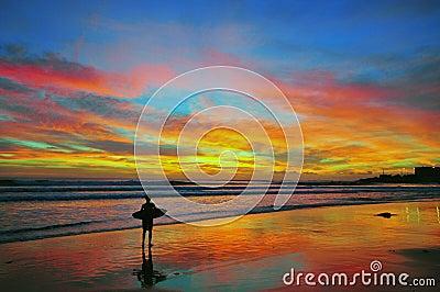 Surfer sur le coucher du soleil