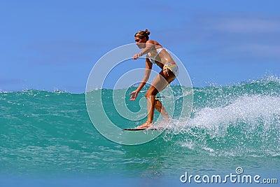 Surfista Brooke Rudow che pratica il surfing in Hawai Fotografia Editoriale