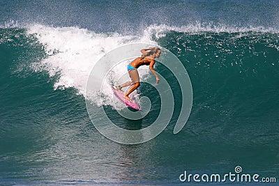 Surfista Cecilia Enriquez che pratica il surfing in Hawai Fotografia Editoriale