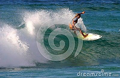 Surfista Cecilia Enriquez che pratica il surfing in Hawai Immagine Editoriale