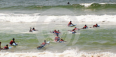 Surfistas novos Fotografia Editorial