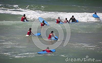Surfistas novos Imagem Editorial