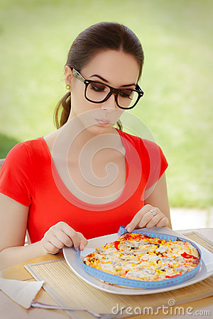Free Surprised Woman Measures Pizza With Measure Tape Royalty Free Stock Images - 51266479