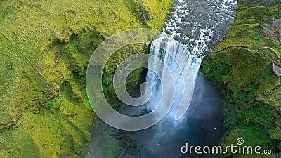 Survol de la cascade de Skogafoss en Islande, vue de drone aérien 4k Paysage vert islandais clips vidéos