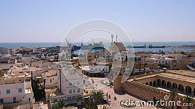 Susa, Tunisia - 15 giugno 2018 Navi in porto marittimo in Susa, Tunisia Architettura della costruzione e Medina antico stock footage