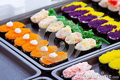 Sushi colorido en el mercado local