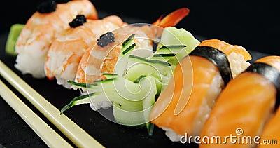 Sushi com chopsticks vídeos de arquivo