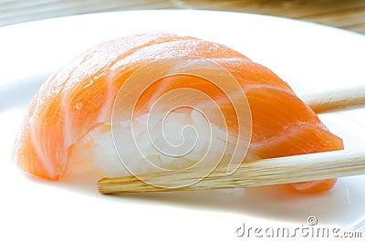 Sushi di color salmone