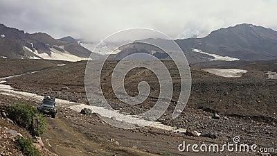 SUV Nissan Patrol e Mitsubishi Pajero che guidano su una strada di montagna - destinazioni di viaggio popolari per scalare archivi video