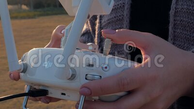 Suzhou, China - 16 de novembro de 2019: Drone de controle remoto nas mãos femininas próximas Garota controla drone no campo filme