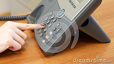 Svarande telefon för Caucasian affärskvinna och knackning med fingrar stock video