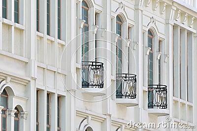 Svart balkong på vit byggnad