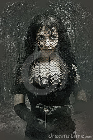 Svart gotiskt skyler kvinnan