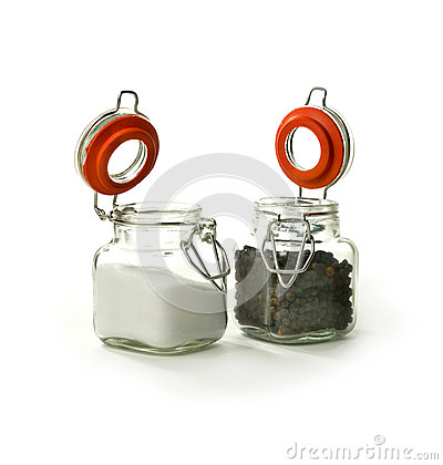 Svarta pepparkorn och saltar