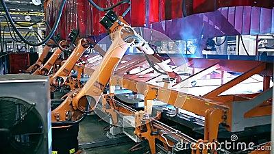 Svetsningrobotar på industriell fabrik stock video