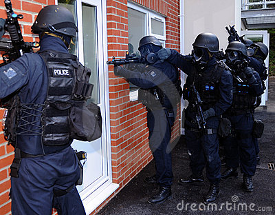 Police SWAT house entry