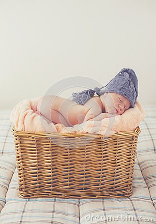 Free Sweet Dream Newborn Baby In A Big Basket Royalty Free Stock Images - 74011559