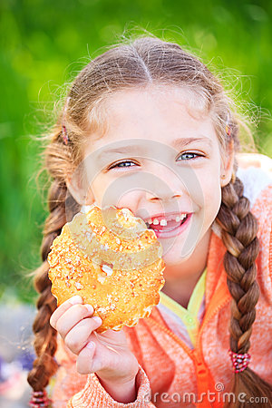 Free Sweet Girl With A Fallen Tooth Holding Cookies In Her Hand Royalty Free Stock Photography - 76134807