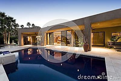 Swimming pool against modern house royalty free stock for Piscine miroir